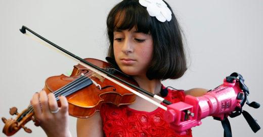 Conoce a Isabella, la niña que toca el violín gracias a una prótesis de brazo