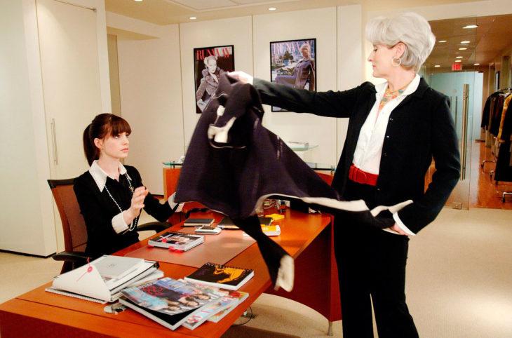 Escena de la película el diablo viste a la moda, Miranda le da el abrigo a Andy