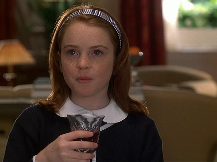 niña pelirroja tomando vino