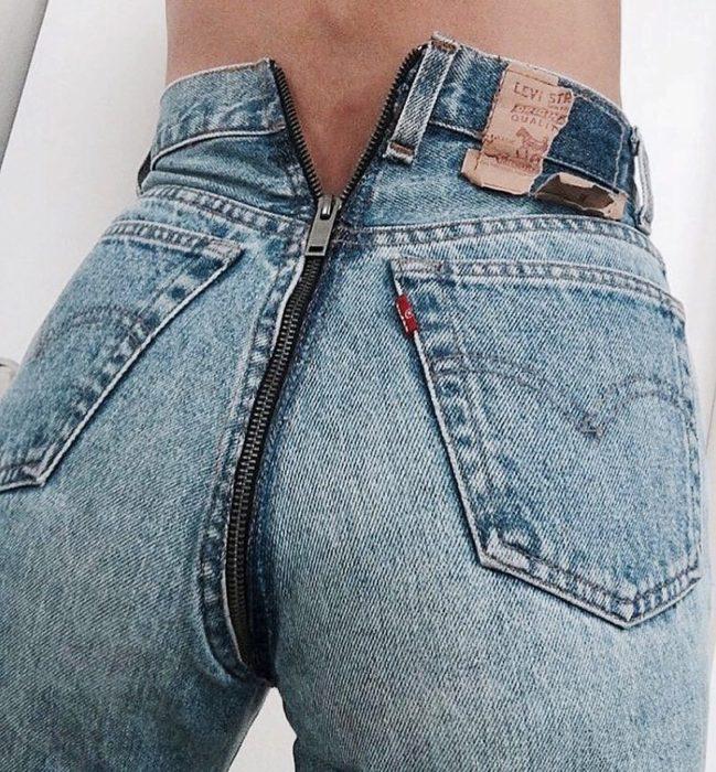 jeans con cremallera en la parte trasera