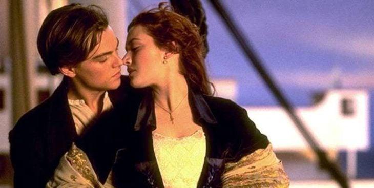 hombre besando por detras a mujer