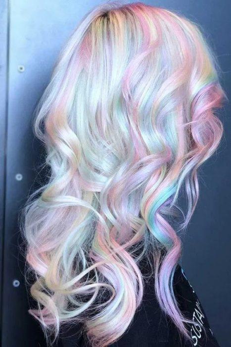 Chica con cabello holografico en tonos pastel, rosa, azul y amarillo