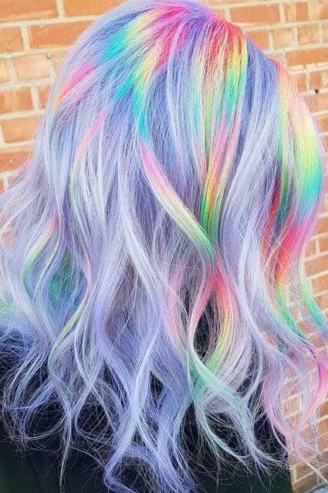 Chica con cabello lia y efecto en onda holografico de colores rosa, verde, amarillo y azul