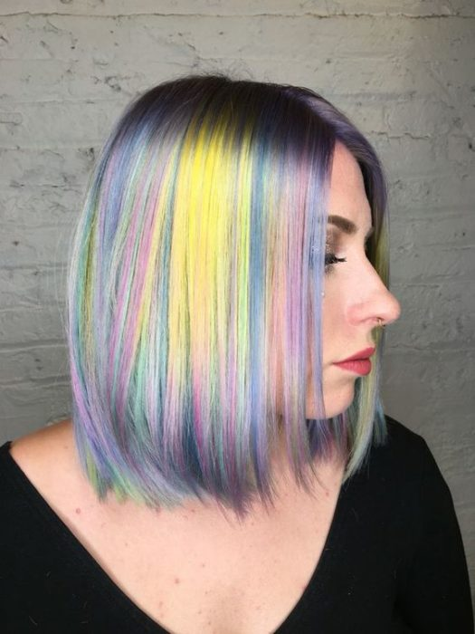 Chica con cabello lila y efecto holograma en tono amarillo