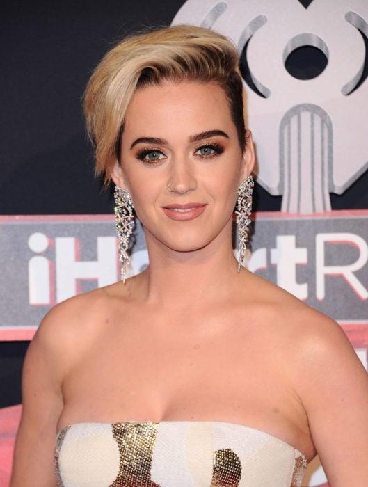 Katy perry con el cabello corto estilo pixie