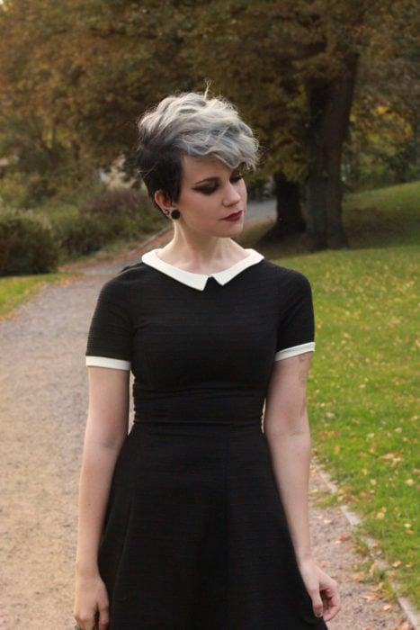 Chica con un corte pixi y mechones largos al frente