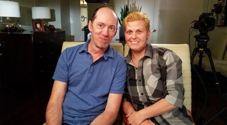 Mujer transgénero junto a su esposo