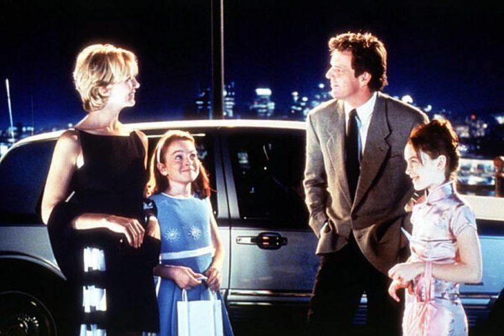 padres con hijas y coche