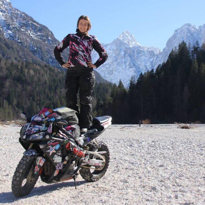 Chica viaja sola en moto