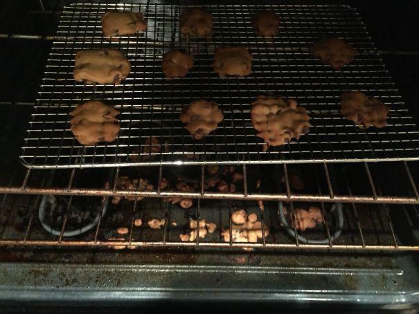 Hombre orneando galletas