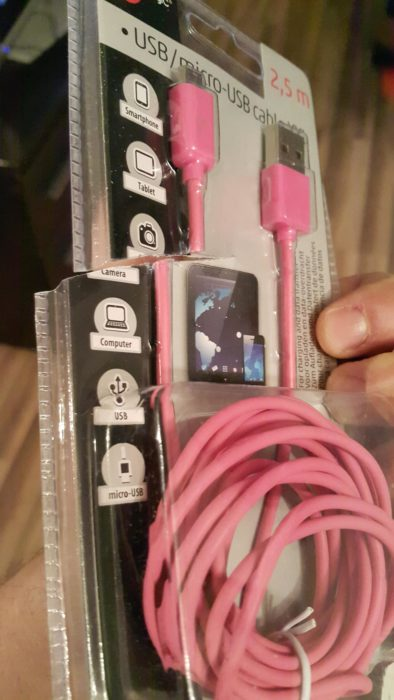 Cable USB empacado y cortado a la mitad