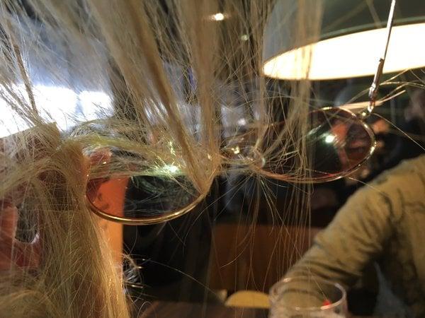 Cabello de una chica enredado en los lentes