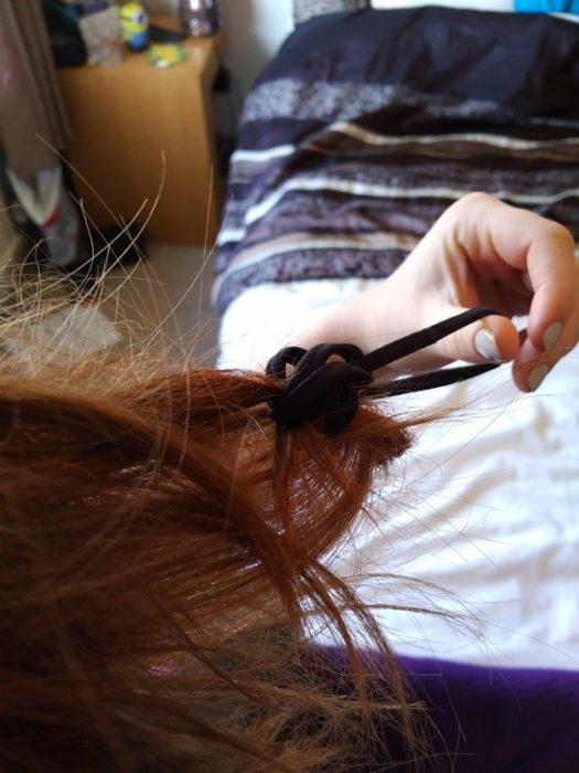 Chica con el cabello enredado en la liga