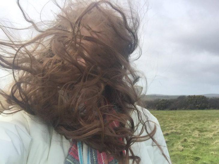 Chica con el cabello en la cara