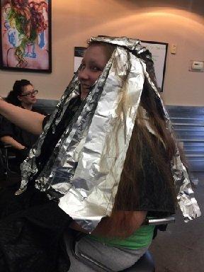 Chica con aluminio en su cabello