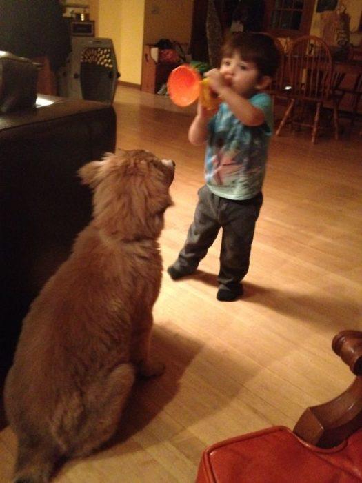 niño y perro cantando