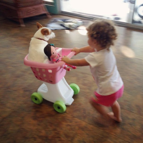 niña con carrito del mercado