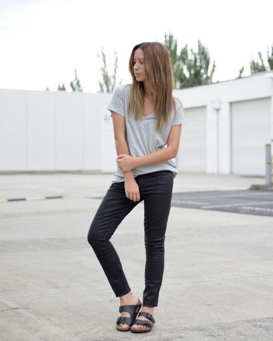 Chica usando unas sandalias de corcho