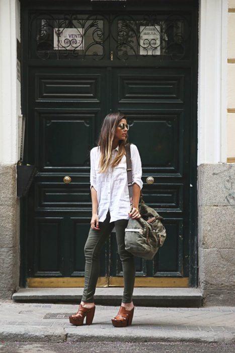 Chica usando unas sandalias de estilo sueco