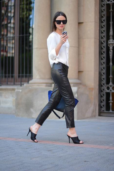 Chica usando unas sandalias mules