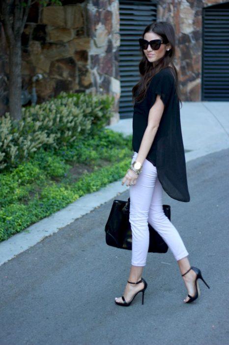 Chica usando unas sandalias de tacón clásico