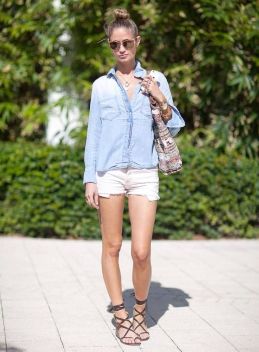 Chica usando unas sandalias estilo lance up