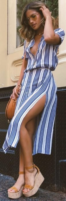 Chica usando unas sandalias con plataforma