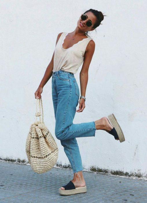 Chica usando unas sandalias de plataforma