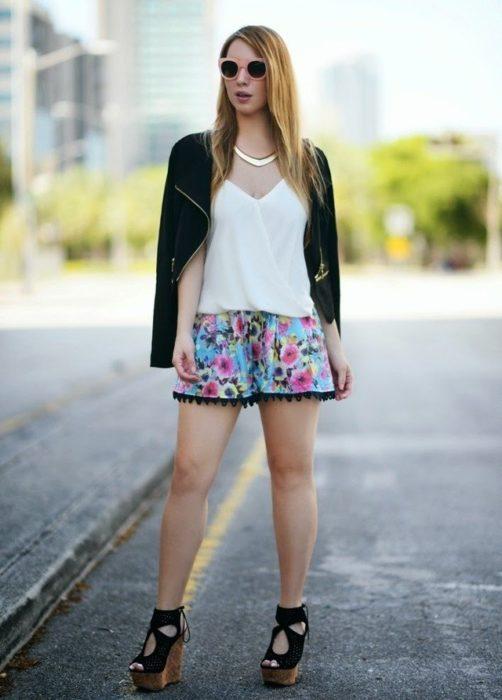 Chica usando unas sandalias de cuña