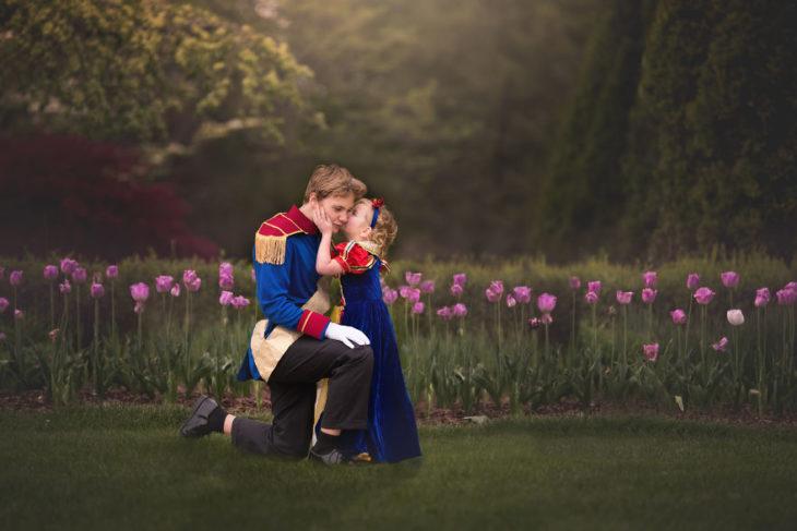 Hermanos en una sesión de fotos al estilo Disney, con princesas