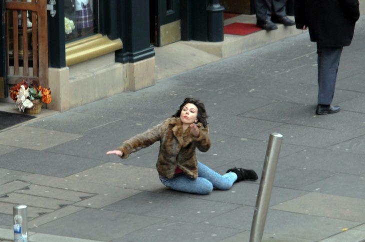 Chica cayendo hacia el suelo