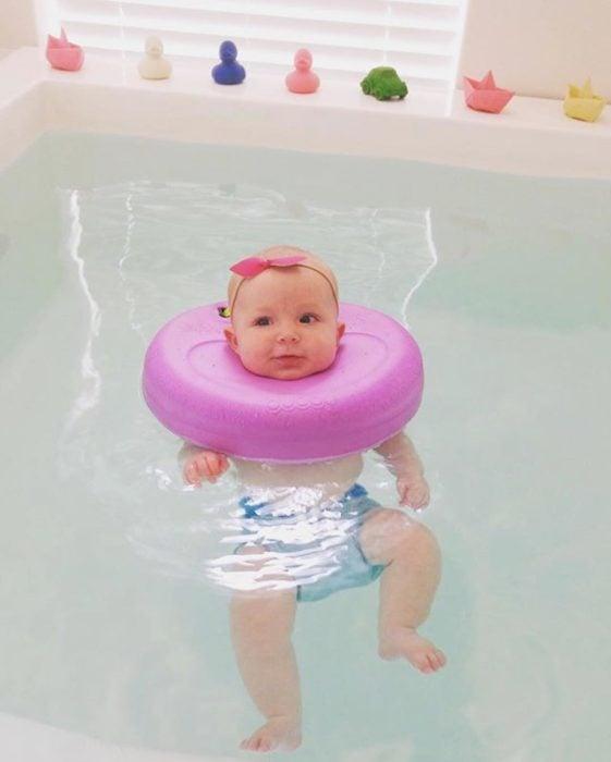bebe flotando en una alberca