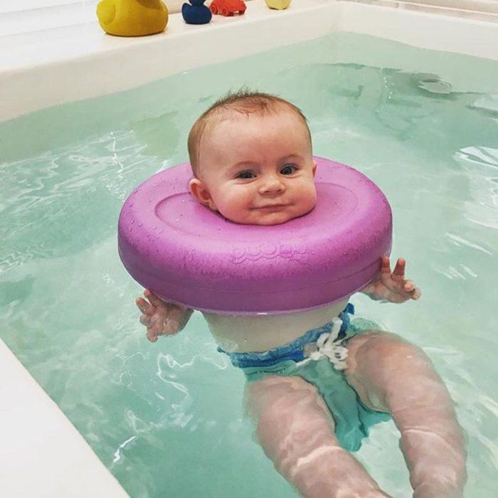 bebe nadando en un spa para bebes