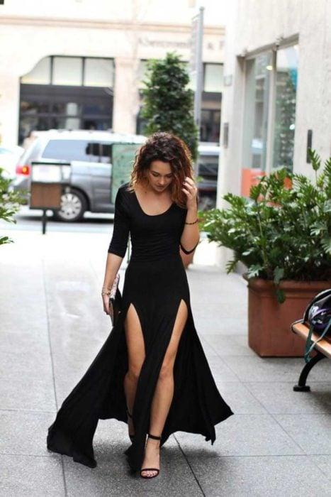 Chica usando un maxi dress con abertura en la piernas