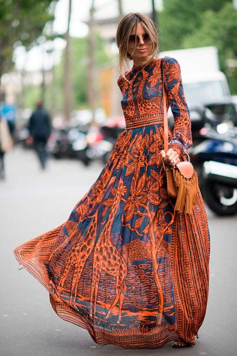 Chica usando un maxi vestido estilo boho