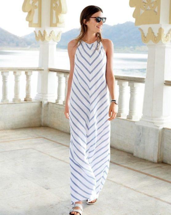 Chica usando un maxi dress con rayas
