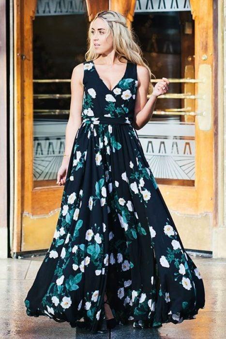 Chica usando un maxi dress con cuello en v