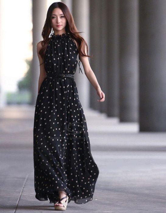 Chica usando un maxi dress con lunares