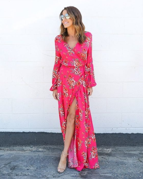 Chica usando un maxi dress color rosa con mangas