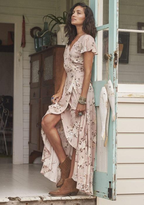 Chica usando un maxidress con estampados florales