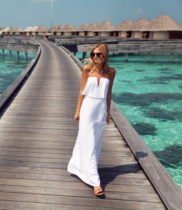 Chica usando un maxi vestido en color blanco