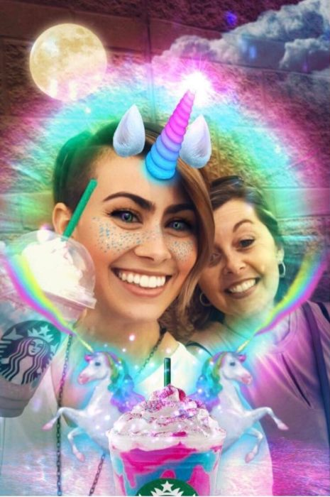 chicas bebiendo unicorn starbucks