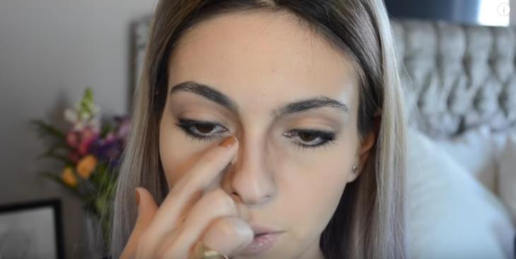 mujer blanca maquillandose