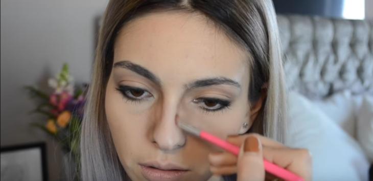 mujer blanca maquillando su nariz