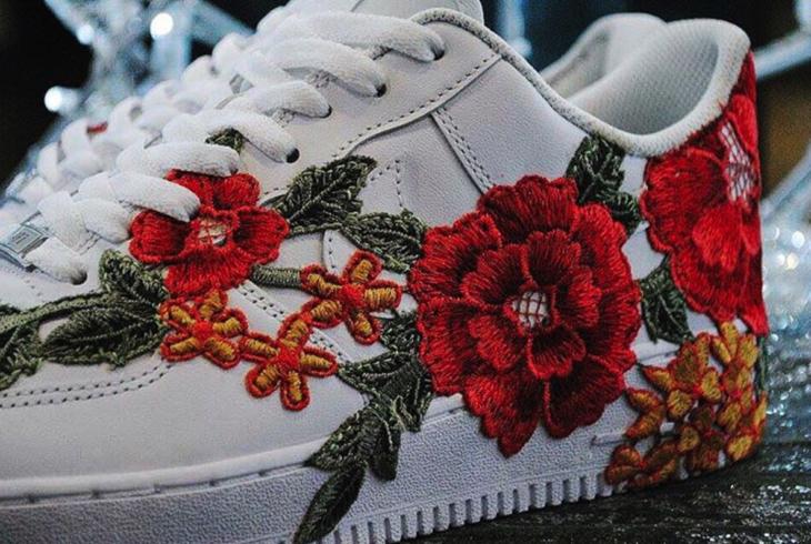 tenis blancos bordado de flores