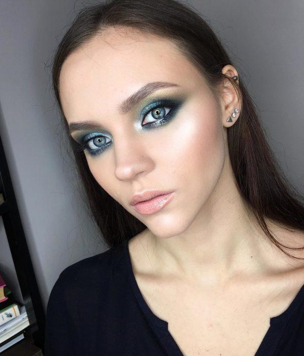 Chica con maquillaje en los ojos