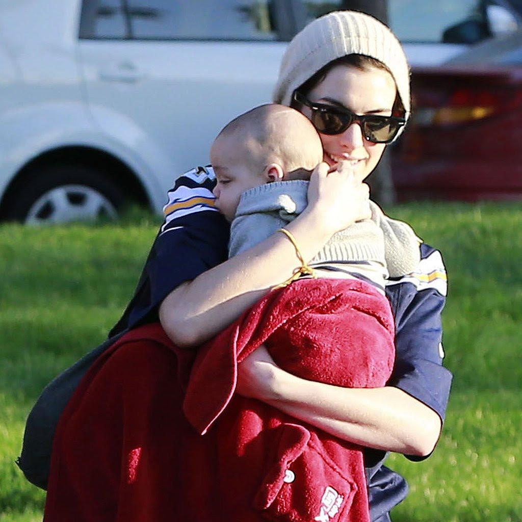 anne heathaway con su bebé