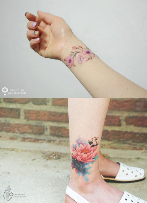 chica con tatuajes en los tobillos y la mano