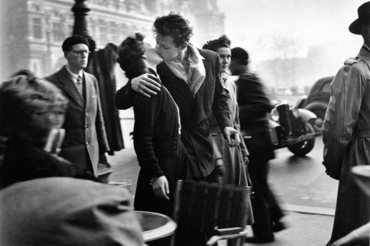 hombre besando a una mujer