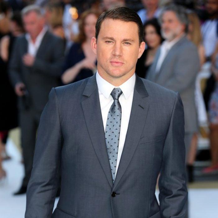 hombre rubio con traje de vestir y corbata